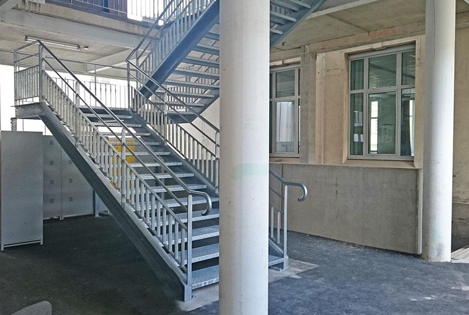 college-_0001_escalier-alu